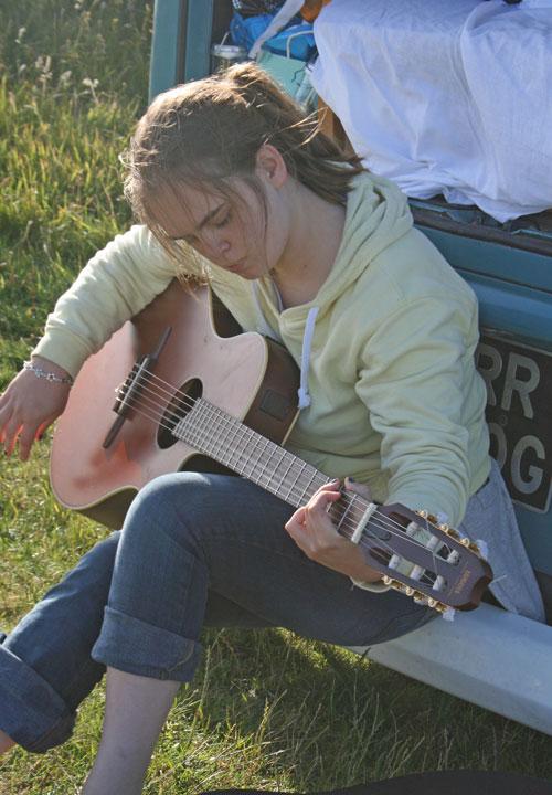 Zoe-guitar-play